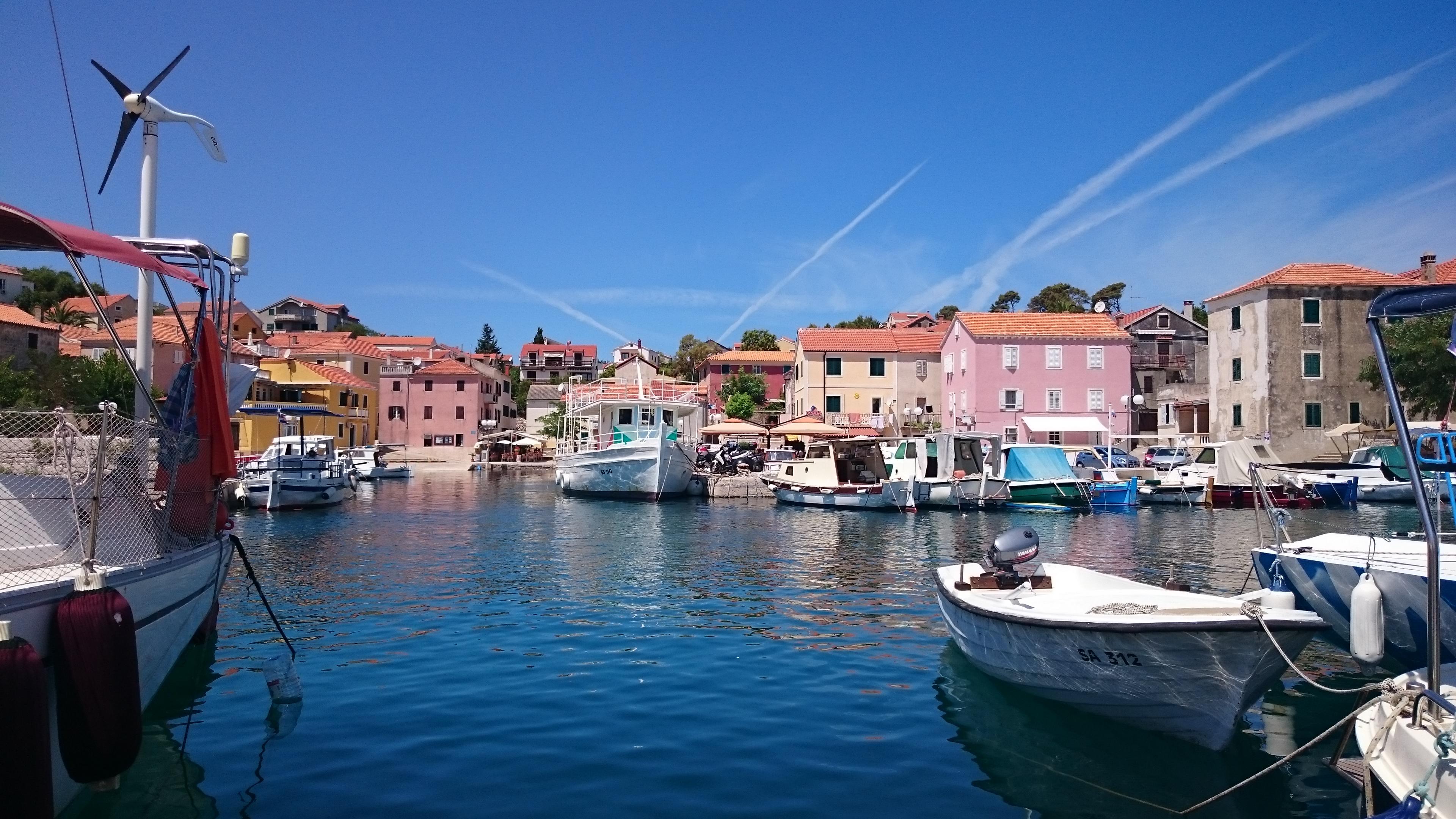 De små pittoreska fiskebyarna och de vackra kuststäderna med fina marinor och imponerande hamnområden är många i det fantastiska seglingslandet Kroatien