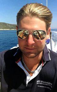 CEO på MS Marintjänst är Markus L Svensson, en komplett båttokig och hårt arbetande livsnjutare som brinner för att hjälpa sina båtvänner att få det bästa ur sina båtliv